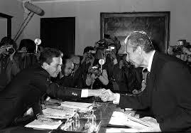 Stretta di mano tra Berlinguer e ALdo Moro