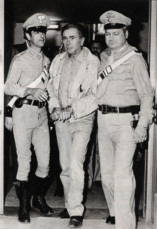 Enzo Tortora mentre viene arrestato